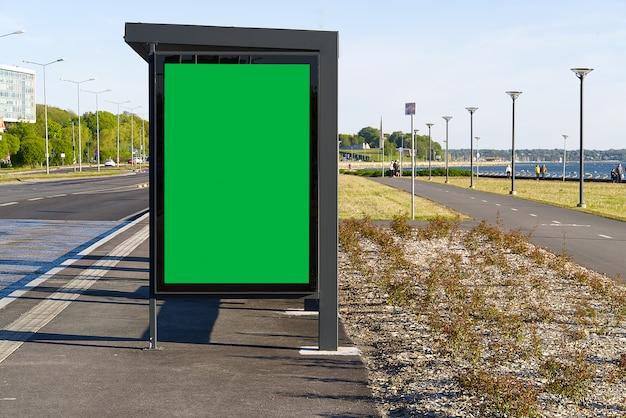 Стеклянная автобусная остановка с цветным ключом пустое рекламное место