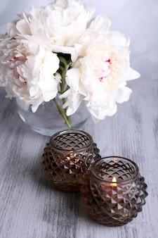 유리 촛대와 나무 색상에 꽃