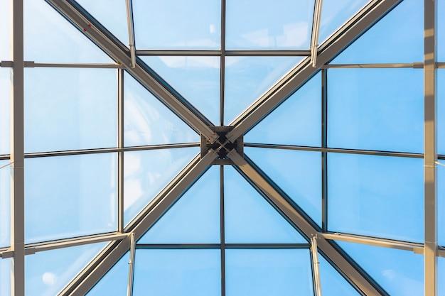 Стеклянный потолок в коммерческом здании, офисе или аэропорту современная архитектура голубое небо и интерьер