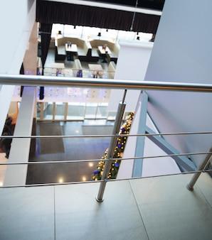 ビジネスセンターのロビーにあるガラスの天井