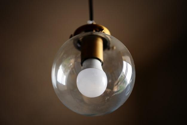 白色電球付きガラス天井ランプ