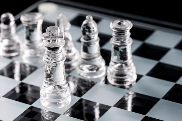 리플렉션 사용 하여 유리 체스 판에 유리 체스 조각.