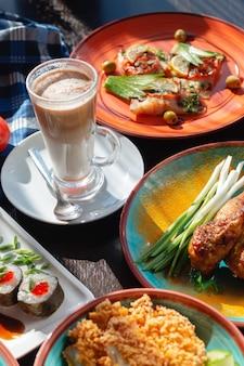 아름다운 설정, 햇빛에 뷔페 테이블에 유리 커피 카푸치노 유리