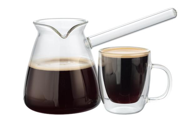 白で隔離のコーヒーとガラスのコーヒーケトル