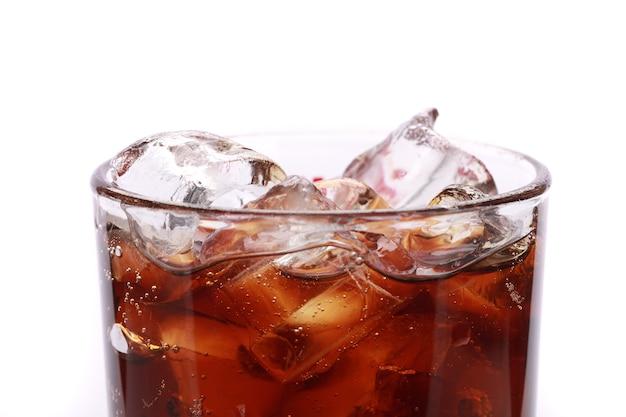 Bicchiere di coca cola con cubetti di ghiaccio