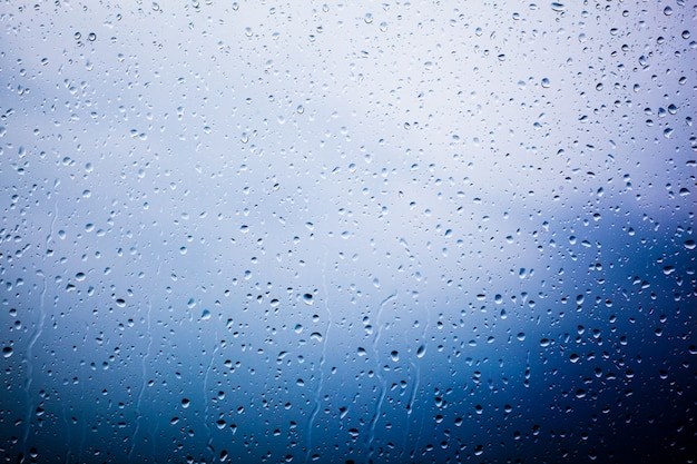 水滴で覆われたガラス