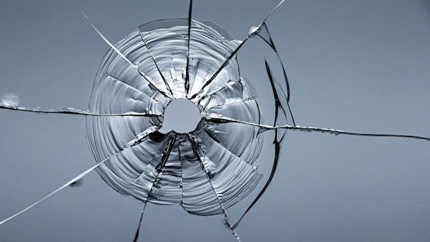 창 파괴 후 유리 균열