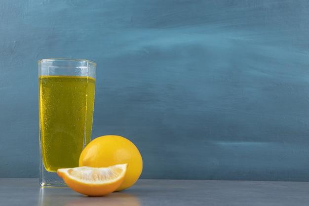 Una tazza di limonata con cubetti di ghiaccio e fette di limone Foto Gratuite