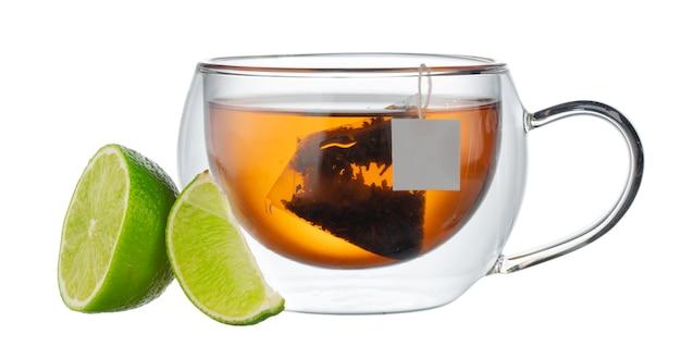 白で分離されたベルガモットと紅茶のガラスカップ