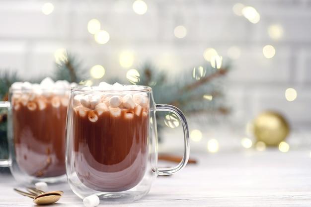 Стеклянная чашка коричневого какао с елкой маршмелоу