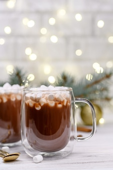 Стеклянная чашка коричневого какао с елкой маршмелой