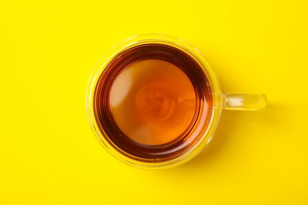 黄色のカモミールティーのガラスのコップ