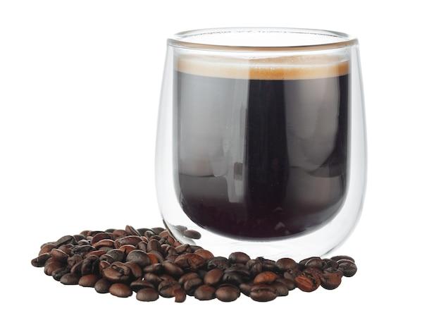 Стеклянная чашка кофе и кофейных зерен, изолированные на белом фоне