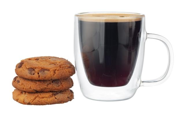 白い背景で隔離のチョコレートチップクッキーとコーヒーのガラスカップ