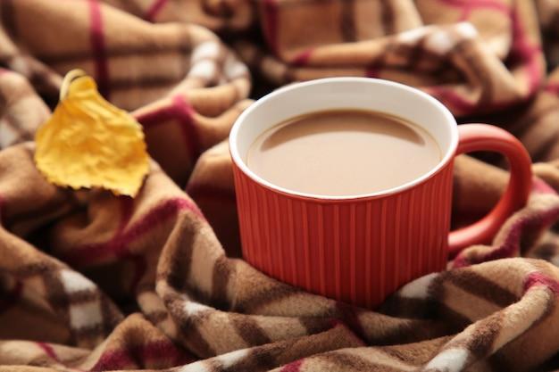 Стеклянная чашка кофе с пледом. осенняя концепция. вид сверху