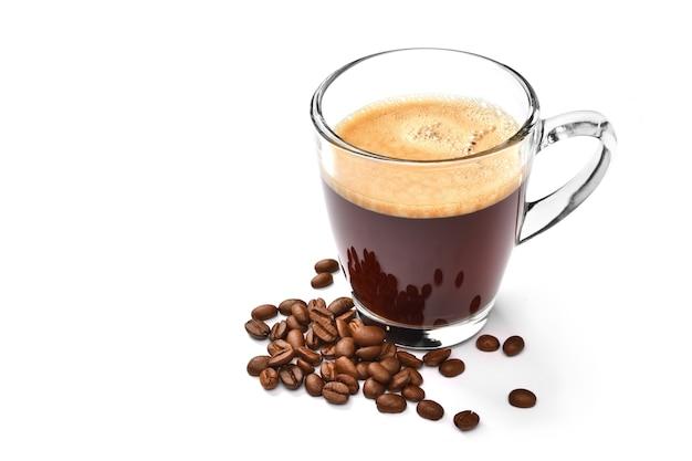 Стеклянная чашка кофе эспрессо и кофейных зерен, изолированные на белом
