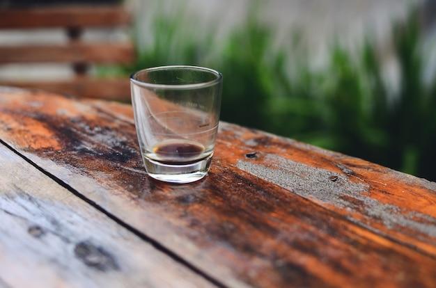 테이블에 에스프레소 커피 한 잔
