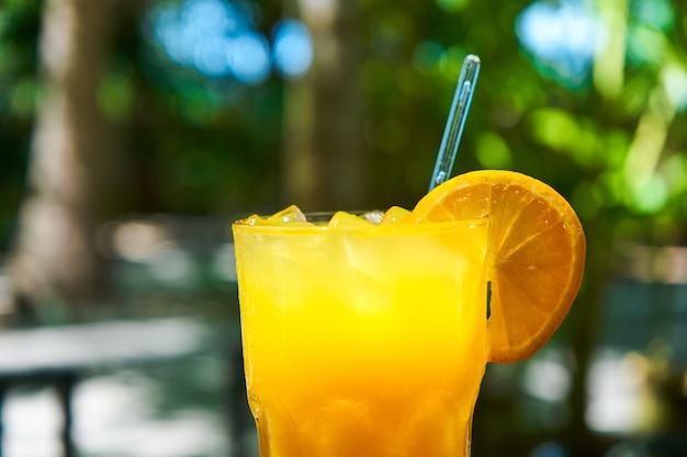 얼음과 함께 갓 짜낸 오렌지 주스의 유리 컵