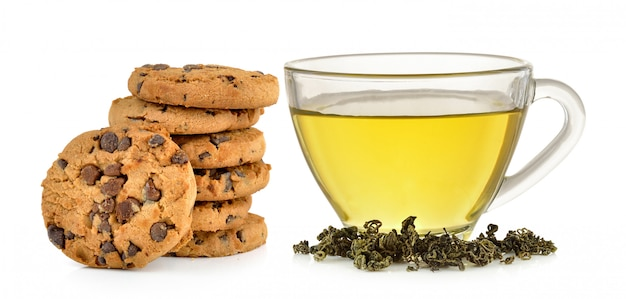 緑茶と分離されたチョコレートチップクッキーのガラスのコップ