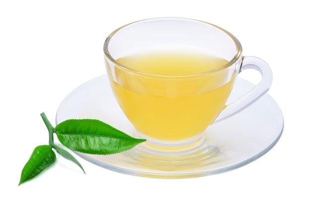 白い背景で隔離の緑茶のガラスカップ