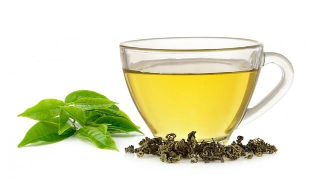 分離された緑茶のガラスのコップ