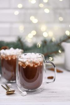 Стеклянная чашка горячего какао с елкой
