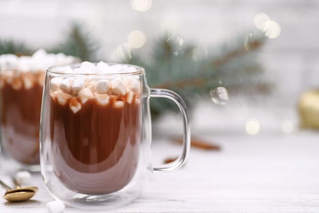 マーシュメロイのクリスマスツリーとホットココアのガラスカップ
