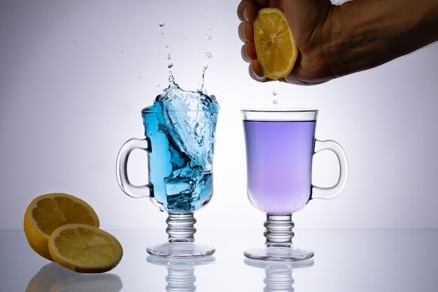 Стеклянная чашка органического синего анчана на светлом столе. травяной чай.