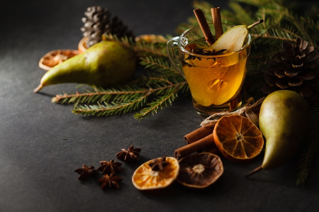 桃のガラスカップは冬の夜のテーブルにパンチします。