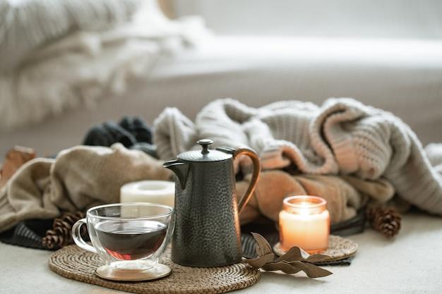 Стеклянная чашка чая, чайник деталей домашнего декора.