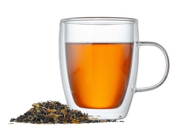Стеклянная чашка чая с сухими чайными листьями, изолированные на белом фоне