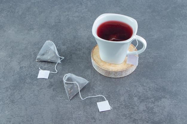 Una tazza di vetro di tè al cinorrodo su marmo.