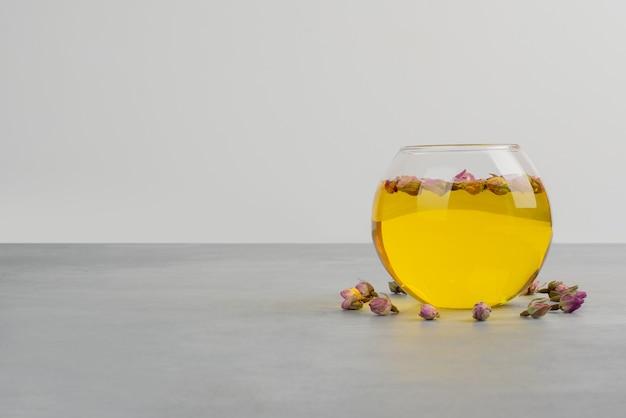 Tazza di vetro di tè sul tavolo grigio