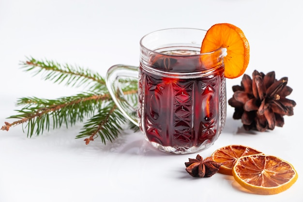 白い背景の上のグリューワインとガラスのカップ。冬の温かい飲み物。