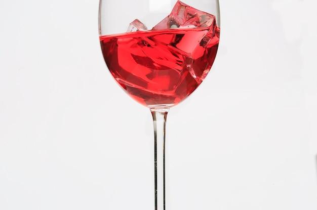 赤い液体と氷のガラスカップ