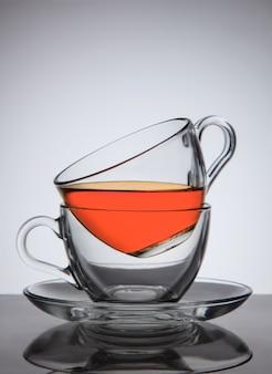 ソーサーにお茶を1杯、良いコンセプトのアイデア