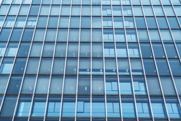 近代的なオフィスビルのガラスカーテンウォール