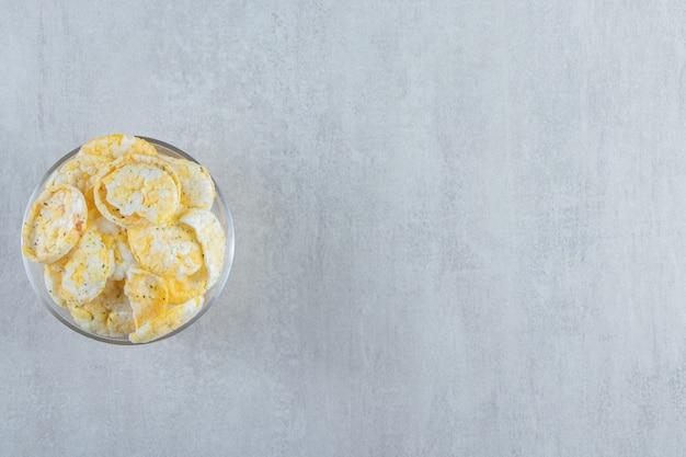 Bicchiere di deliziose torte di riso croccanti su pietra.