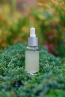 Стеклянная бутылка-капельница для косметического масла или сыворотки на траве