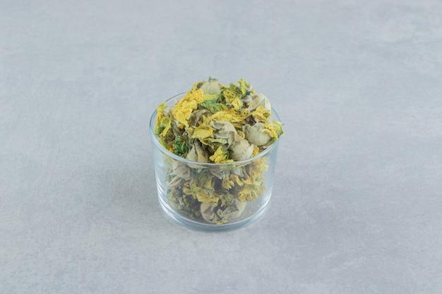 Bicchiere di fiori di crisantemo secchi