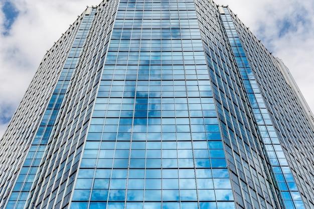 市内中心部の近代的なオフィスビルのガラスのファサード