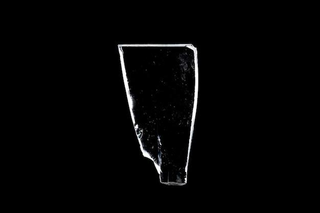 黒い背景に孤立したガラスの破片。破損したウィンドウ。破損したオブジェクト。高品質の写真