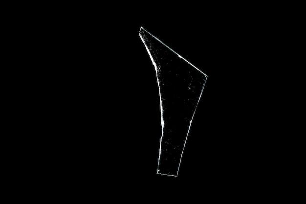 검정색 배경에 격리된 유리 조각입니다. 손상된 창. 손상된 개체. 고품질 사진