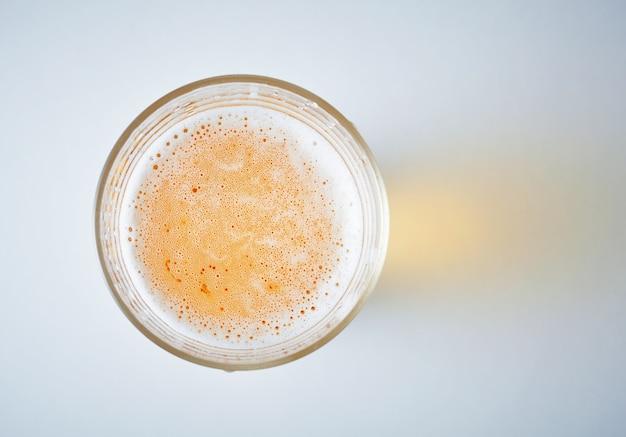 ビールでいっぱいのグラス、上からの眺め