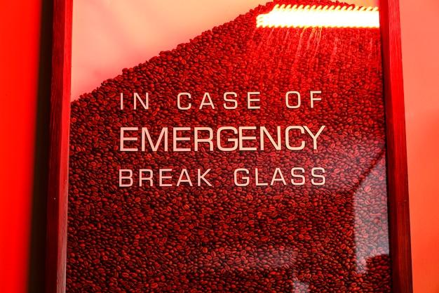 Стакан с кофейными зернами и текстом на случай аварийного разбития стекла