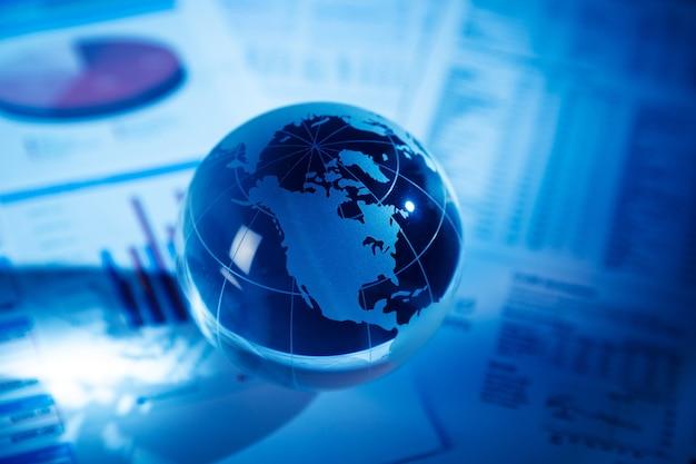 ビジネスチャートの背景に光線のガラスグローブボール