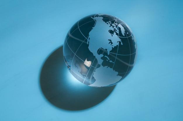 背景の光線のガラスグローブボール