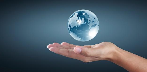 手にガラス地球儀、省エネの概念、nasaによって提供されたこの画像の要素