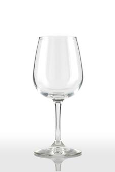 赤ワインと白の背景のガラスゴブレット