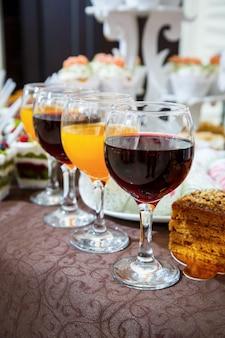 Стеклянные бокалы с красным и апельсиновым соком